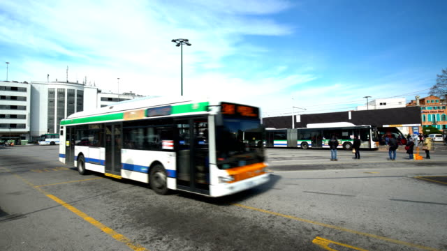 stockvideo's en b-roll-footage met venedig busstation - dubbeldekker bus