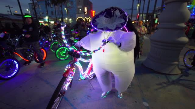 vidéos et rushes de venice electric light parade - composant électrique