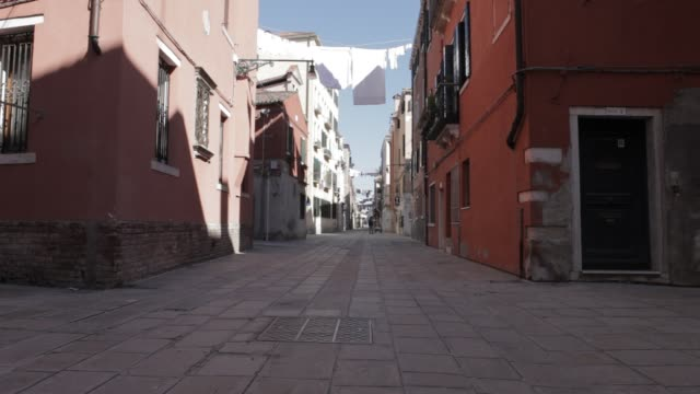 venice empty for covid-19 lockdown - isolamento video stock e b–roll