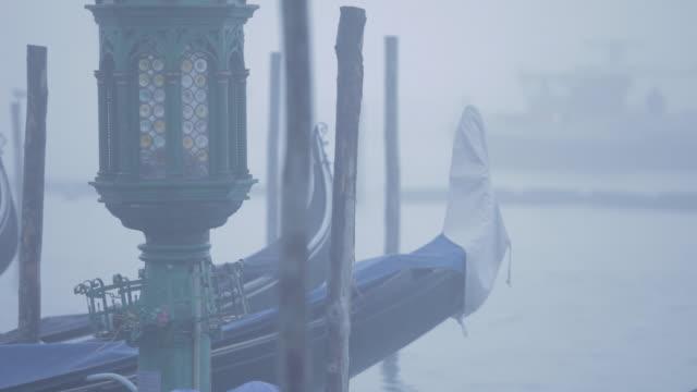 venice gondolas on a misty morning. - nebbia video stock e b–roll