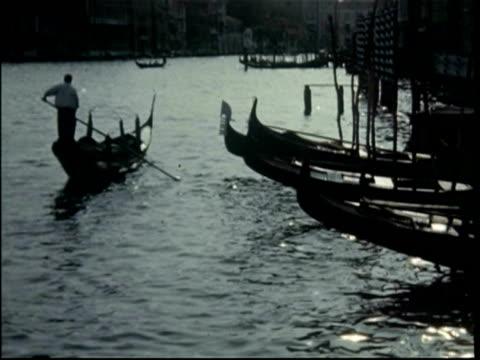 venice, italy, gondoliers and gondolas, 1950 - 1950年点の映像素材/bロール