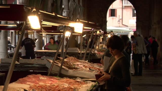 vídeos y material grabado en eventos de stock de venice - rialto fish market - puente de rialto
