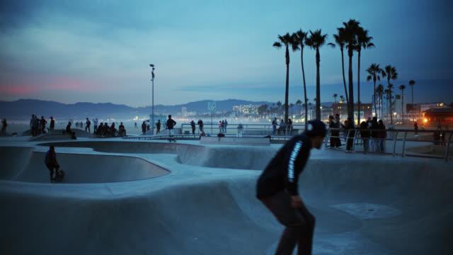 stockvideo's en b-roll-footage met venice skate park at dusk - skateboardpark