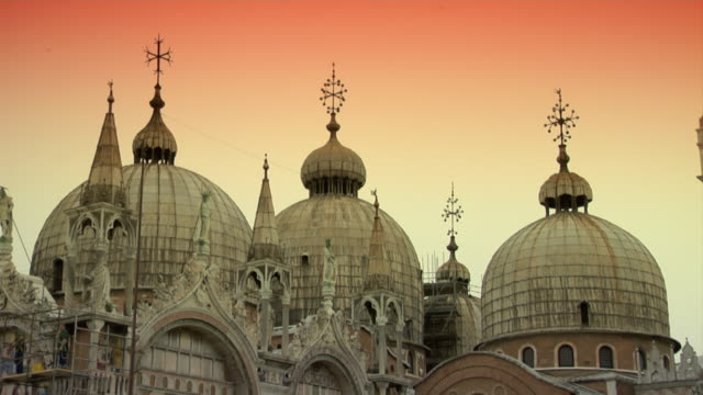 stockvideo's en b-roll-footage met venice st. mark's square - domes of basilica at dawn - basiliek