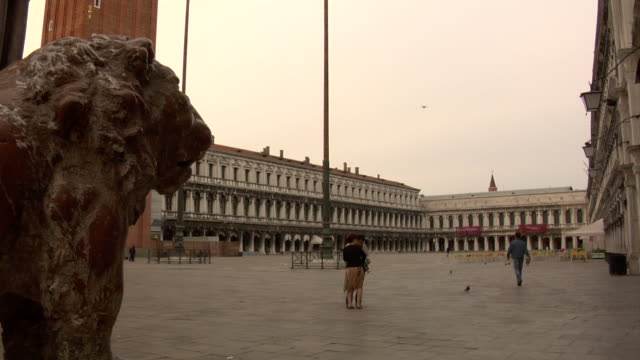 venice - st. mark's square panning down - basilica video stock e b–roll