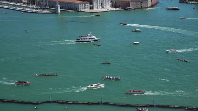 venice - traffic - barca da diporto video stock e b–roll