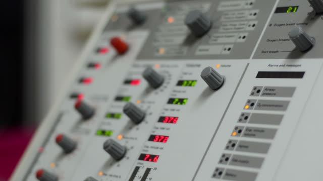 vídeos y material grabado en eventos de stock de ventilador hospital - equipo respiratorio