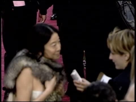 vídeos de stock e filmes b-roll de vera wang at the 2004 academy awards arrivals at the kodak theatre in hollywood california on february 29 2004 - 76.ª edição da cerimónia dos óscares