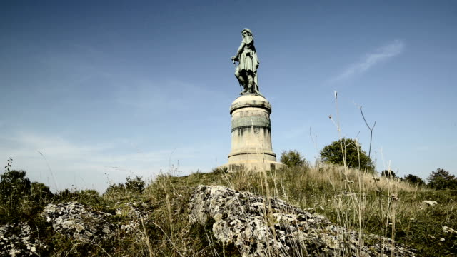 vercingétorix memorial marking the battle of alesia, bourgogne region, france - 戦争記念碑点の映像素材/bロール