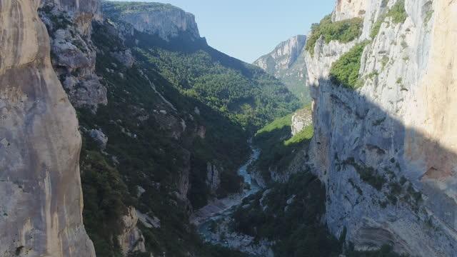 stockvideo's en b-roll-footage met verdon gorge (gorges du verdon) river canyon / alpes de haute provence, france - narrow