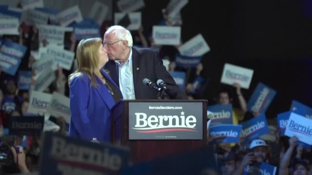 vermont senator bernie sanders holds a mega rally in los angeles two days ahead of super tuesday and urges californian democrats to vote let us have... - membro del congresso video stock e b–roll
