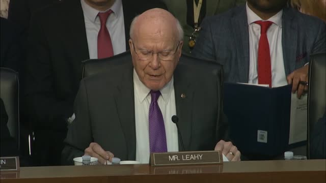 vermont senator patrick leahy asks justice department inspector general michael horowitz at a senate judiciary committee hearing on his report about... - リーハイ点の映像素材/bロール