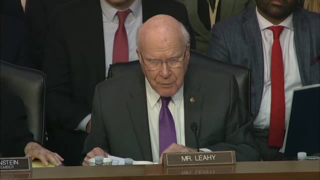vermont senator patrick leahy asks justice department inspector general michael horowitz at a senate judiciary committee hearing about his report on... - リーハイ点の映像素材/bロール