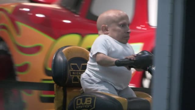 verne troyer greets fans at get lucky for lupus in los angeles 09/13/12 - verne troyer stock videos & royalty-free footage