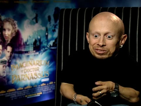 stockvideo's en b-roll-footage met verne troyer on how he describes terry gilliam as crazy cool and on how he's amazed at his shots and how controlled he is with his directing at the... - terry gilliam