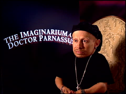 verne troyer on regrouping after heath's death at the 'the imaginarium of doctor parnassus' junket at beverly hills ca - verne troyer stock videos & royalty-free footage