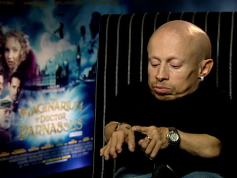 vídeos de stock, filmes e b-roll de verne troyer on the tattoo he has which is a testament to heath ledger at the the imaginarium of doctor parnassus interviews at london england. - heath ledger