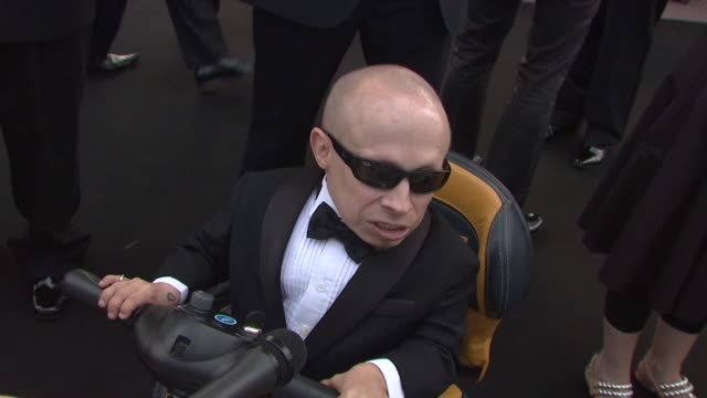 verne troyer on this cause being important at the cannes film festival 2009 amfar red carpet at antibes - verne troyer stock videos & royalty-free footage