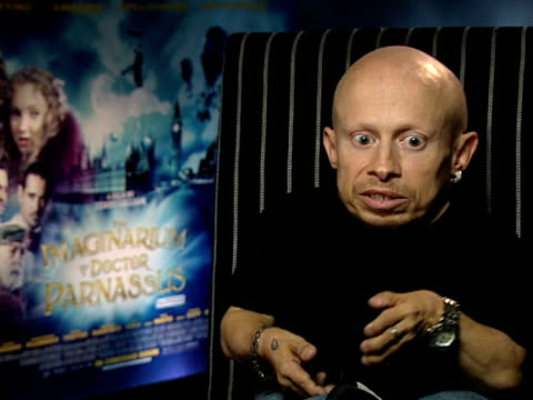 stockvideo's en b-roll-footage met verne troyer on what terry gilliam's like on set and on how you can't visualise what he's doing and trust him to direct you at the the imaginarium of... - terry gilliam