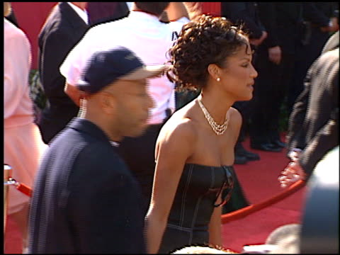 veronica webb at the 1996 academy awards arrivals at the shrine auditorium in los angeles, california on march 25, 1996. - 第68回アカデミー賞点の映像素材/bロール