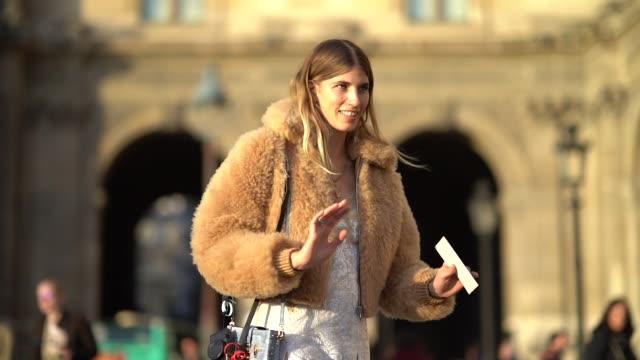 vídeos de stock e filmes b-roll de veronika heilbrunner wears a fluffy coat, a dress, brown leather shoes, outside louis vuitton, during paris fashion week womenswear spring/summer... - dress