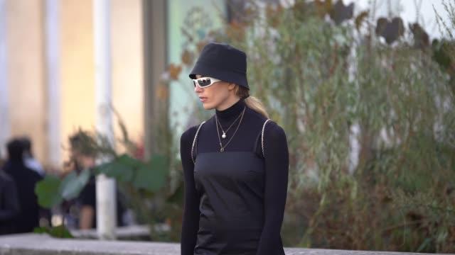 vídeos y material grabado en eventos de stock de veronika heilbrunner wears a hat a black dress white socks black shoes a black turtleneck outside haider ackermann during paris fashion week... - vestido