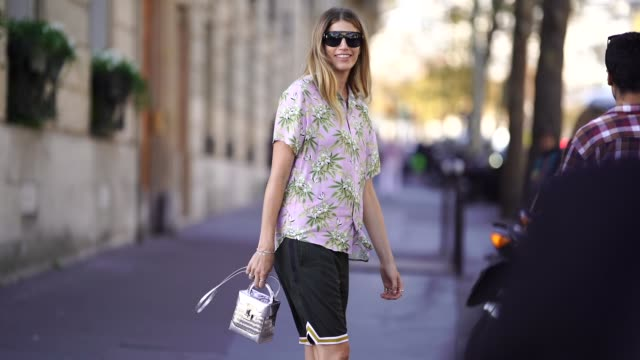 vídeos y material grabado en eventos de stock de veronika heilbrunner wears floral print shirt black shorts a silver bag during paris fashion week womenswear spring/summer 2019 on september 26 2018... - pantalón corto