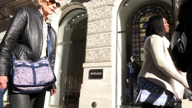 stockvideo's en b-roll-footage met versace is an italian luxury fashion company and trade name founded by gianni versace in 1978 - versace modelabel