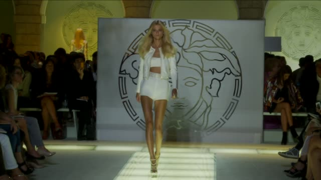 stockvideo's en b-roll-footage met versace milan fashion week spring/summer 2012 on september 23 2011 in milan italy - versace modelabel