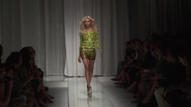 stockvideo's en b-roll-footage met milan fashion week s/s 2010 at the versace milan fashion week s/s 2010 at milan - versace modelabel