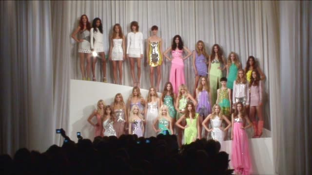 stockvideo's en b-roll-footage met versace milan fashion week s/s 2010 - versace modelabel