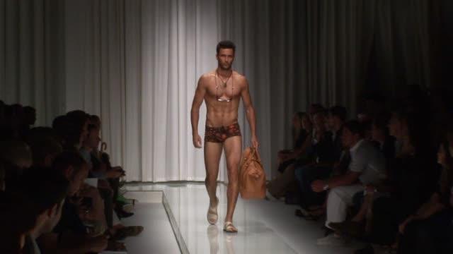 versace - milan men's fashion week at the versace - milan men's fashion week at milan . - ヴェルサーチ点の映像素材/bロール