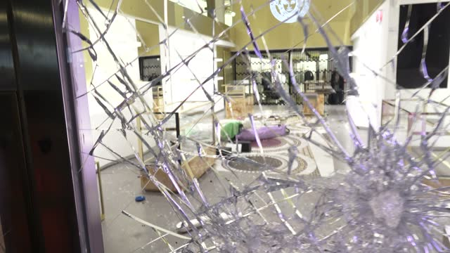 versace store is left vandalized during the fifth night of demonstration against the arrest of spanish rapper pablo hasel on february 20, 2021 in... - 公共物破壊点の映像素材/bロール