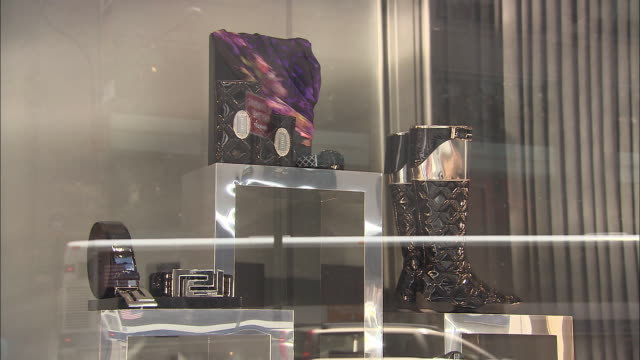 stockvideo's en b-roll-footage met cu, versace store window display, new york city, new york, usa - versace modelabel