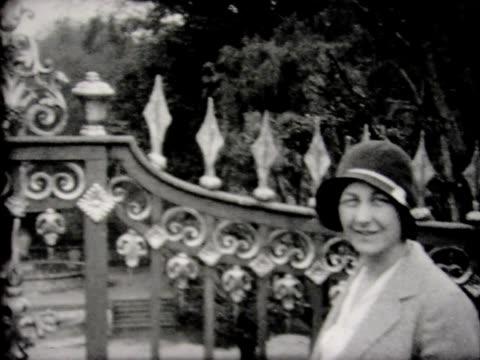 vídeos de stock, filmes e b-roll de 1930 versailles grounds and tour bus - jardim de versailles