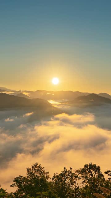 Vertikale 4 K Zeitraffer des Sonnenaufgangs vom Berg