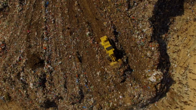 stockvideo's en b-roll-footage met vertical aerial view - thousands of black kites (milvus migrans) foraging on a huge rubbish dump while heavy vehicles and garbage trucks bring more garbage/ duda'im rubbish dump, southern israel - afvalverwerking