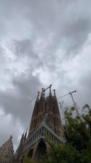 vidéos et rushes de vertical format la sagrada familia cathedral in barcelona, gaudi temple. vertical format video - lieu de culte
