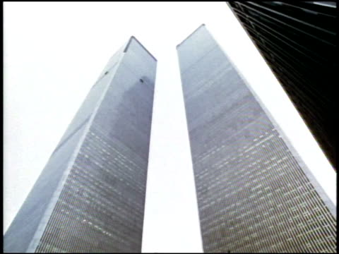 vídeos de stock e filmes b-roll de vs cu vertical lines of wtc towers.  tu towers from ground.   - world trade center manhattan