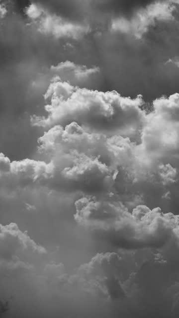 vídeos de stock e filmes b-roll de vertical of black and white moving cloud time lapse. - fofo texturizado