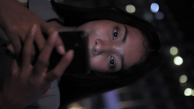 vídeos de stock, filmes e b-roll de retrato vertical mulher de negócios asiática usando telefone após o trabalho - 20 29 years