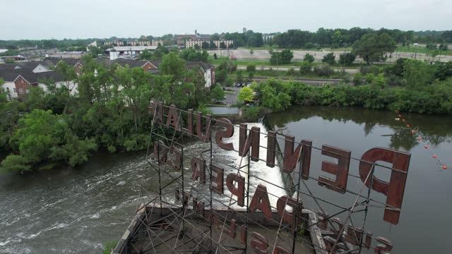 vidéos et rushes de vue verticale montante de la rivière huron et du barrage de papier peninsular à ypsilanti, michigan vidéo 4k - ypsilanti