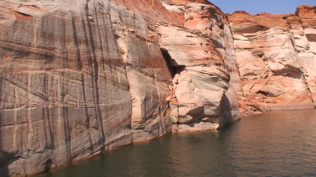 scogliere di arenaria verticale - lago powell video stock e b–roll