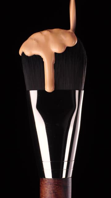 垂直ショット: ブラシに基礎液滴を作ります - フェイスブラシ点の映像素材/bロール