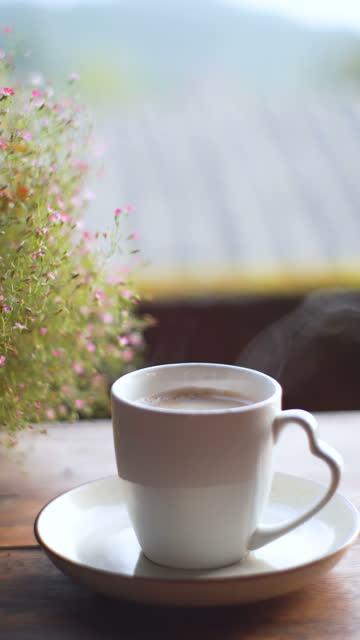 vertikale dampfende heiße kaffeetasse auf dem tisch im freien - hoch allgemeine beschaffenheit stock-videos und b-roll-filmmaterial