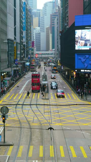 vídeos de stock e filmes b-roll de vertical timelapse people crowded at central district, hong kong - linha do elétrico