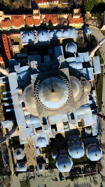vidéos et rushes de vidéo verticale hagia sophia vue aérienne, istanbul aérienne, hagia sophia et mosquée bleue, hagia sophia square, hagia sophia à travers la ville, la ville hagia sophia et la mer, minaret mosquée, arrière-plan vidéo - grand lit