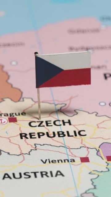 stockvideo's en b-roll-footage met verticale video van tsjechisch met nationale vlag - tsjechische cultuur