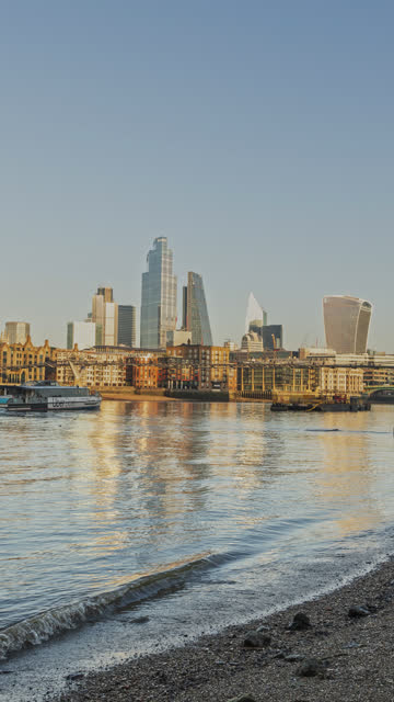 vertical video of london hyperlapse timelapse, hyper lapse time lapse of modern buildings and skyscrapers in the city by the river thames in central london with clear blue sky, england, uk - hoch allgemeine beschaffenheit stock-videos und b-roll-filmmaterial