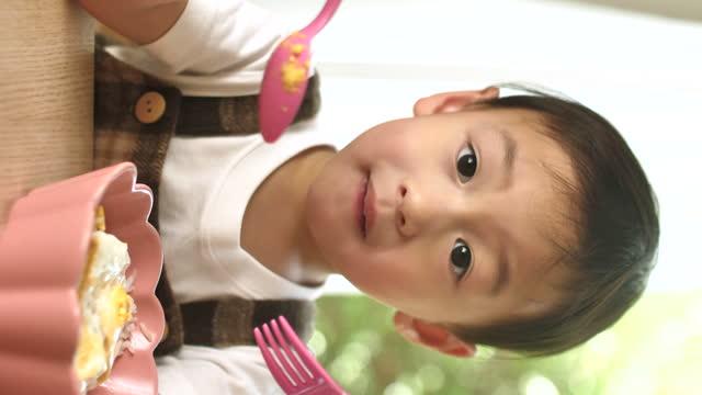 vertikale ansicht asiatische kleine junge essen von selbst - cereal plant stock-videos und b-roll-filmmaterial